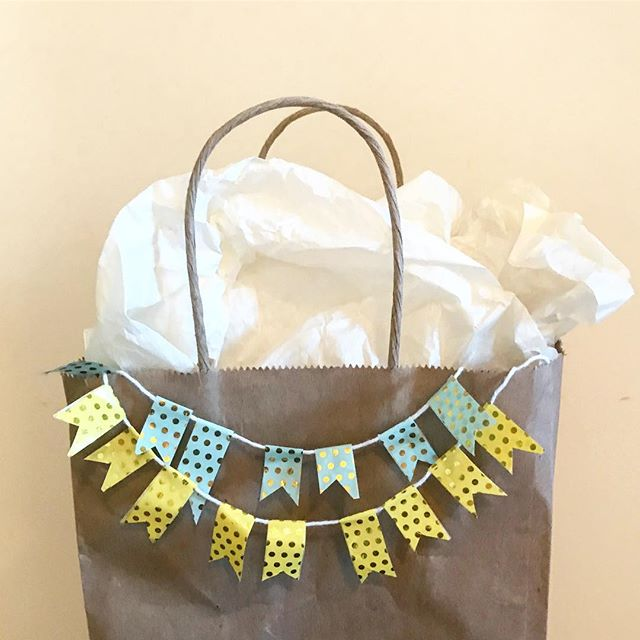 Transform any plain brown paper bag into a PARTY! 🎊🎉 #diy #giftideas #babyshower #makersgonnamake