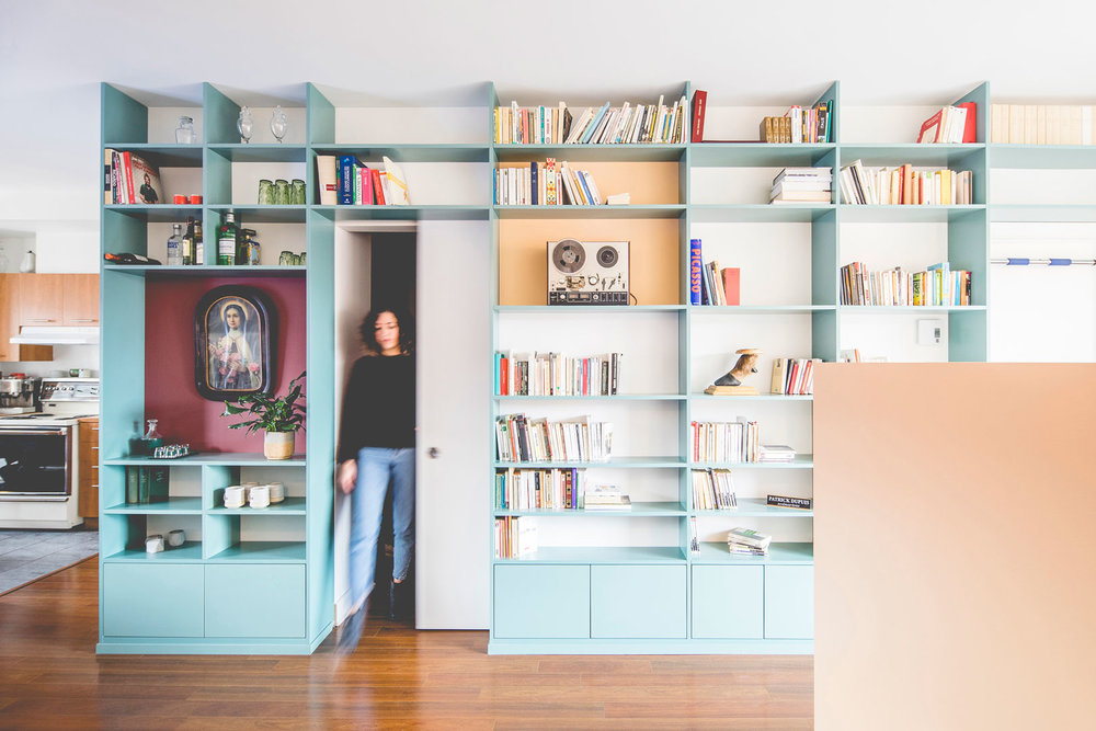 Le mur/biblio de Patrick -  atelier catherine catherine  © Raphaël Thibodeau