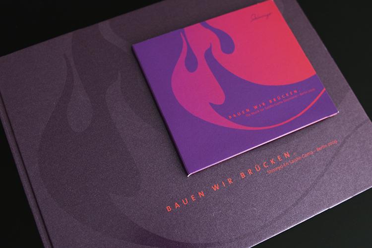 CD und Buch - mit Lack und Echtfarben.
