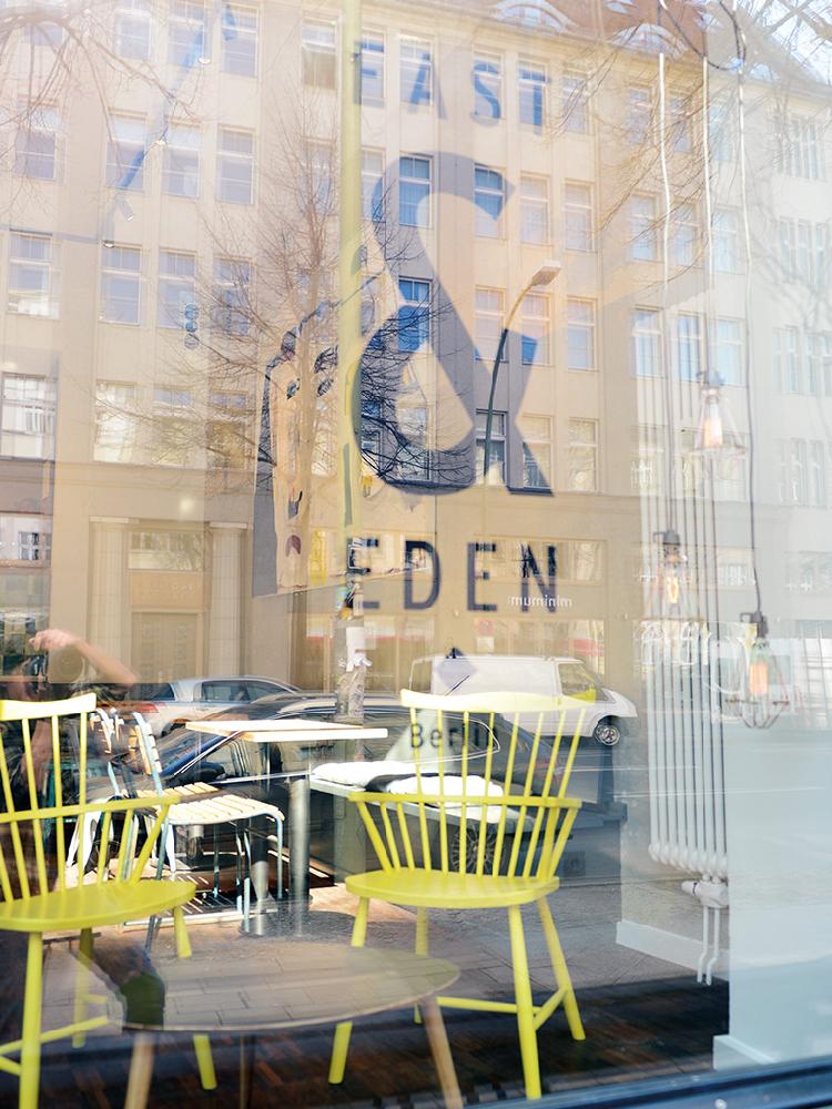 Deko - Fenster mit Logo East & Eden.