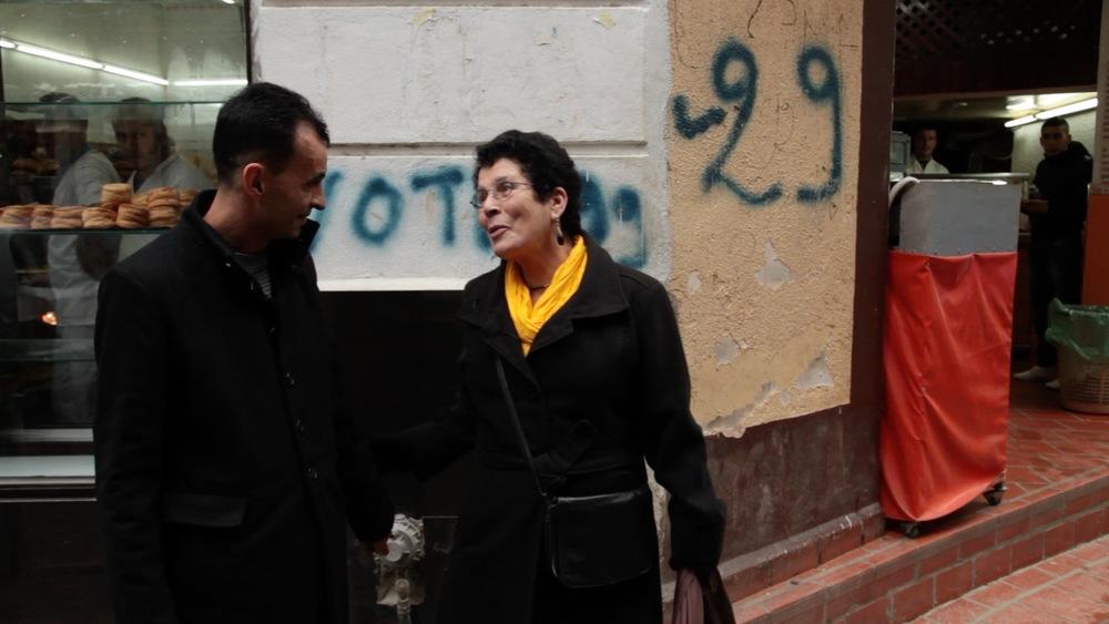Khadra rencontre un enfant de la cinémathèque rue de Tanger