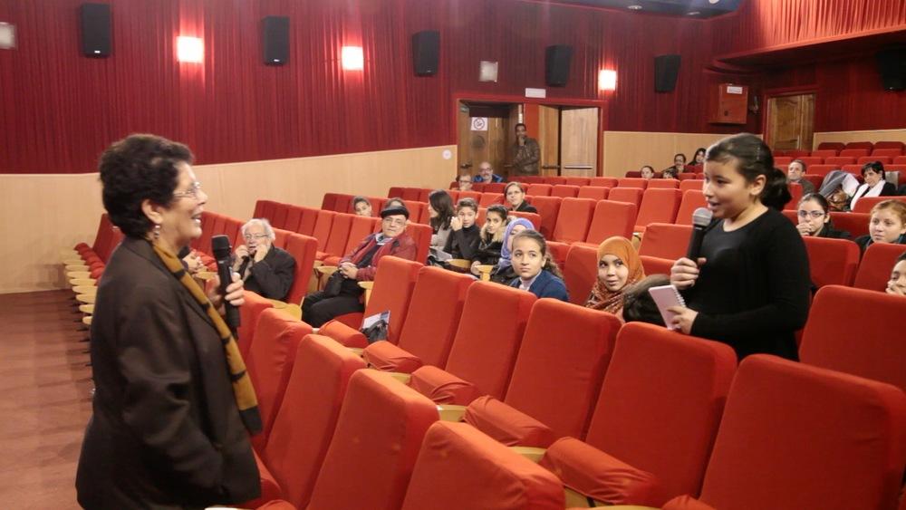 Khadra lors d'une projection à la cinémathèque d'Alger avec les élèves du collège Damia