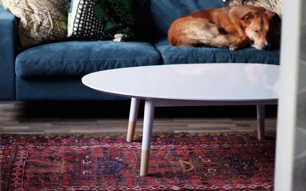 Kiiltolakattu pastellisävyinen sohvapöytä sai muotonsa rantakivistä.