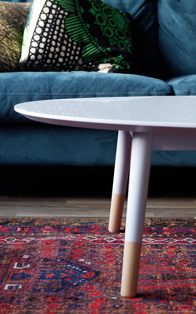Kiiltolakattu pastellisävyinen sohvapöytä löytyy jo useammasta kodista.