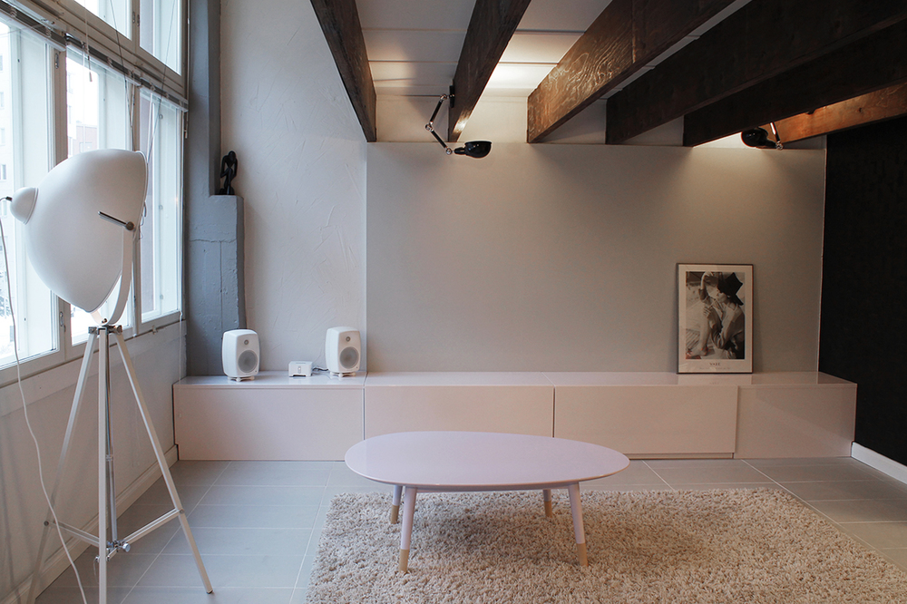 Olohuoneen säilytyskalusteet ja sohvapöytä on kiiltomaalattu harmonisilla pastellisävyillä.