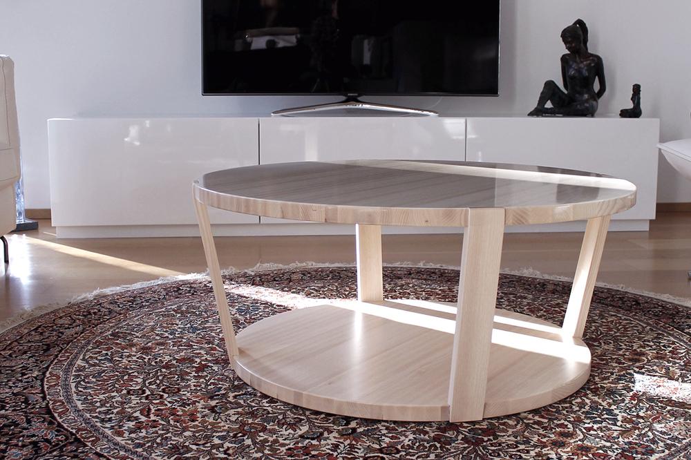 Kiiltäväkantinen sohvapöytä ja TV-taso.