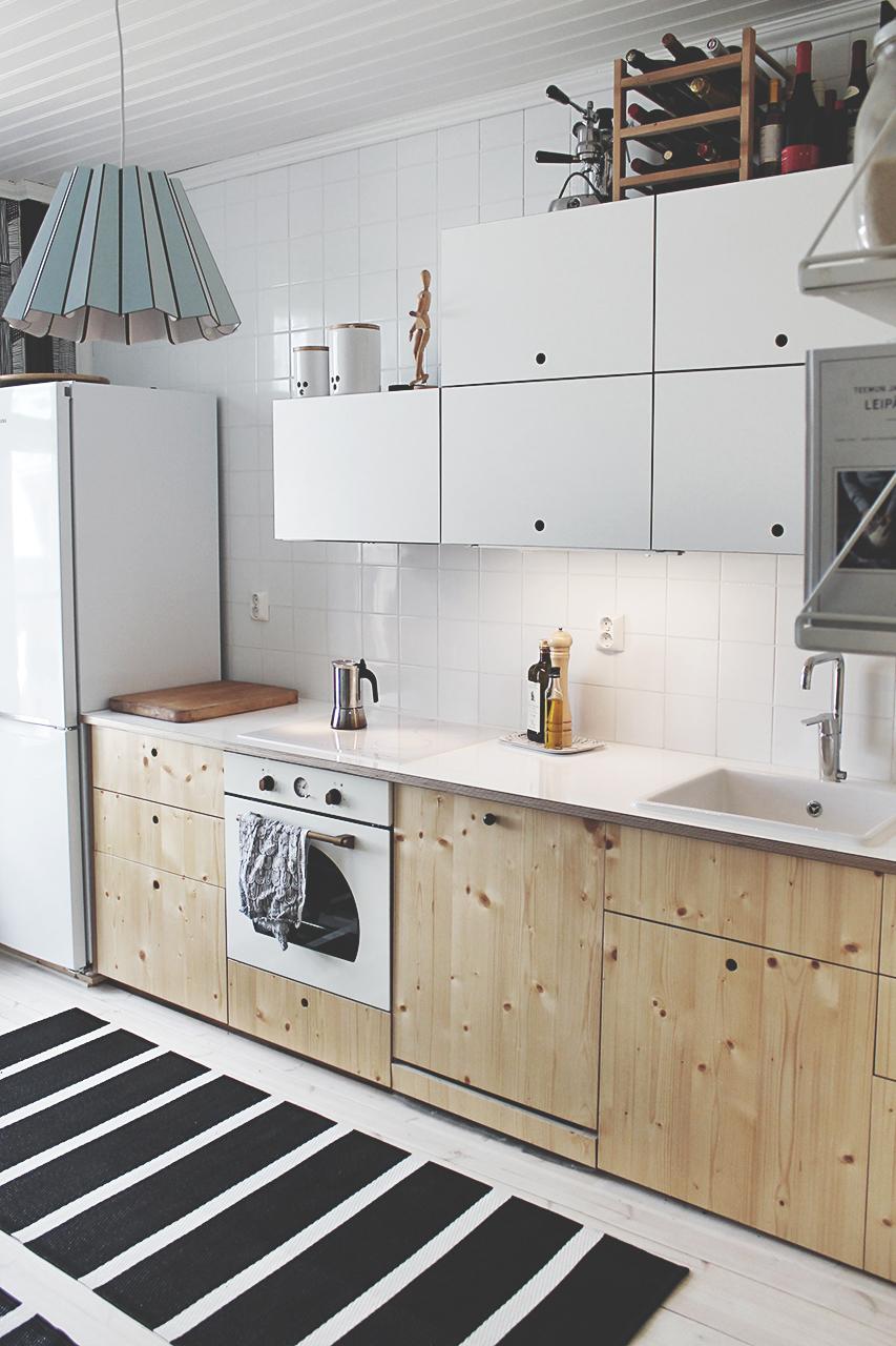 Vanhan puutalon keittiö on raikas ja valoisa. Puuna on käytetty oksakuusta.