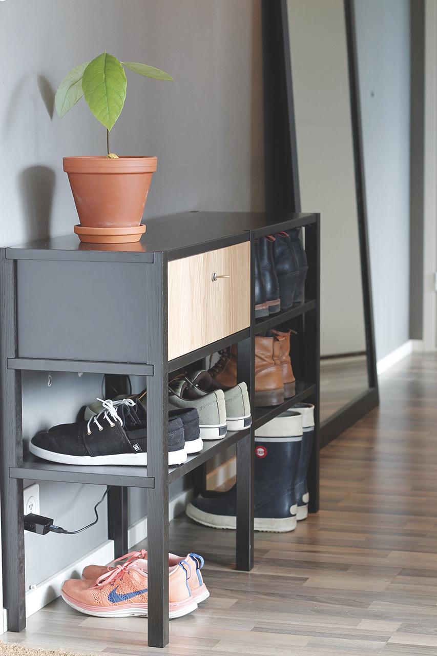Kenkähyllyn vetolaatikon materiaalina on käytetty tammea.
