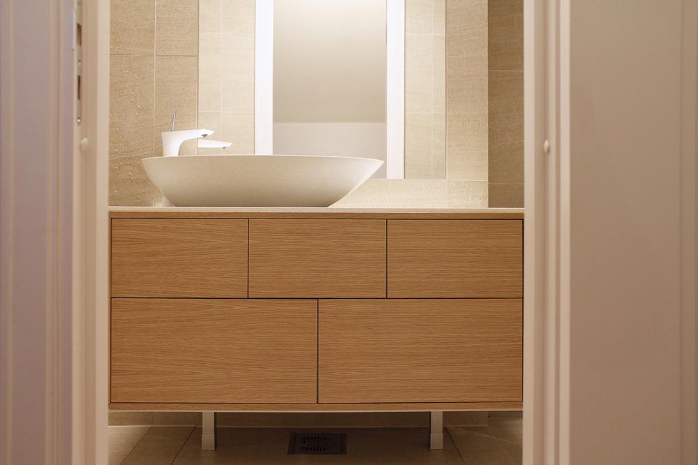 Kylpyhuoneen allaskaapisto on tammea ja Durat-komposiittilevyä. Suunnittelu: Fanni Tuomaala