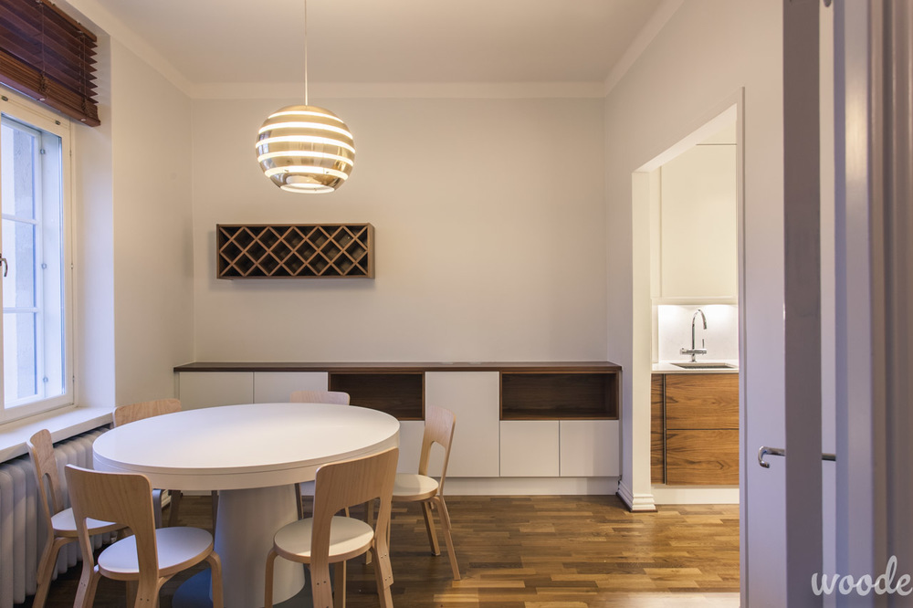 Viinihylly täydentää pienen keittiön jatkoksi tehtyä funktionaalista tasokaapistoa.