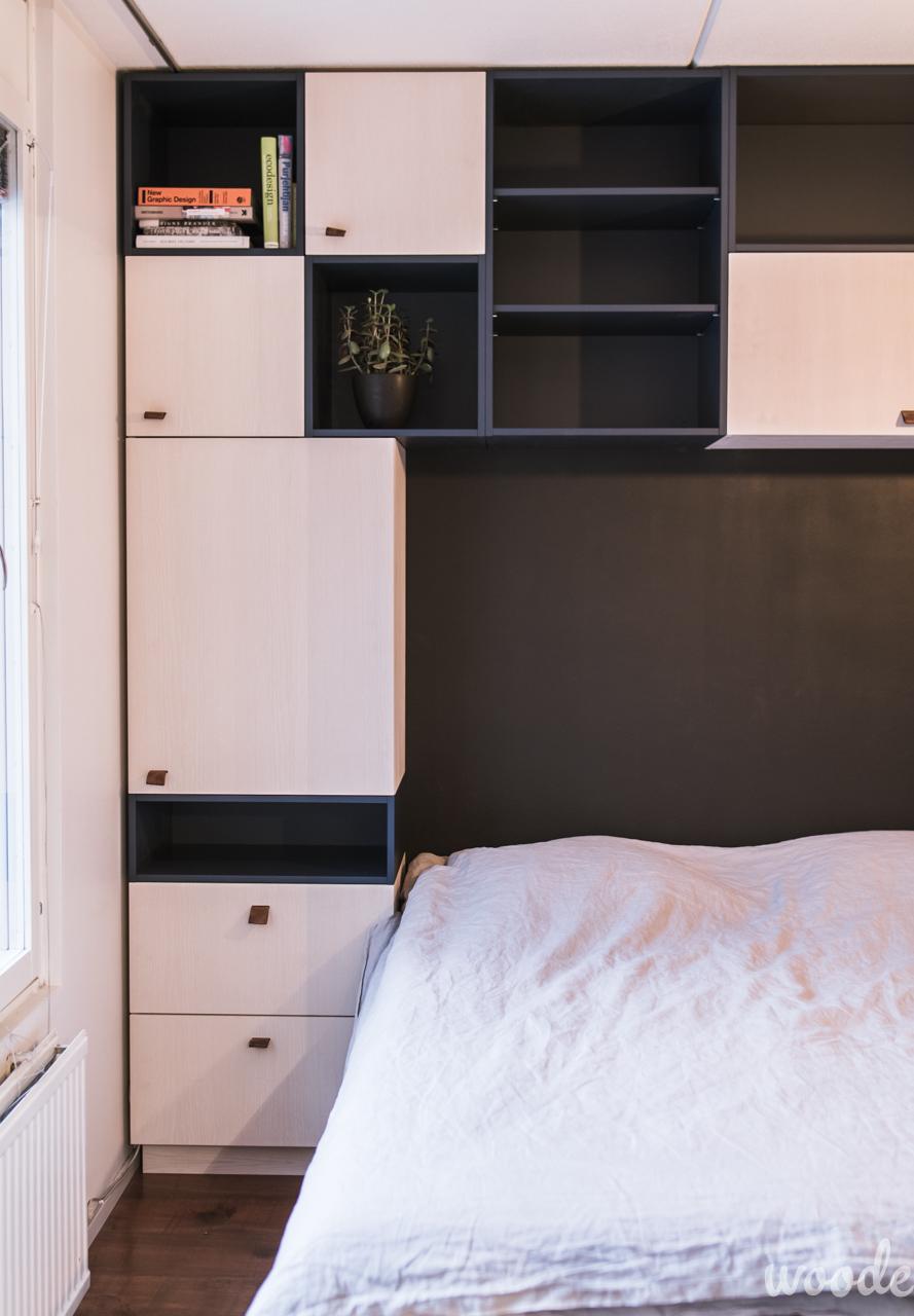 Sängynpääty-kaapiston saarniovissa on nahkavetimet, avohyllyt on maalattu seinän sävyyn sopivaksi.