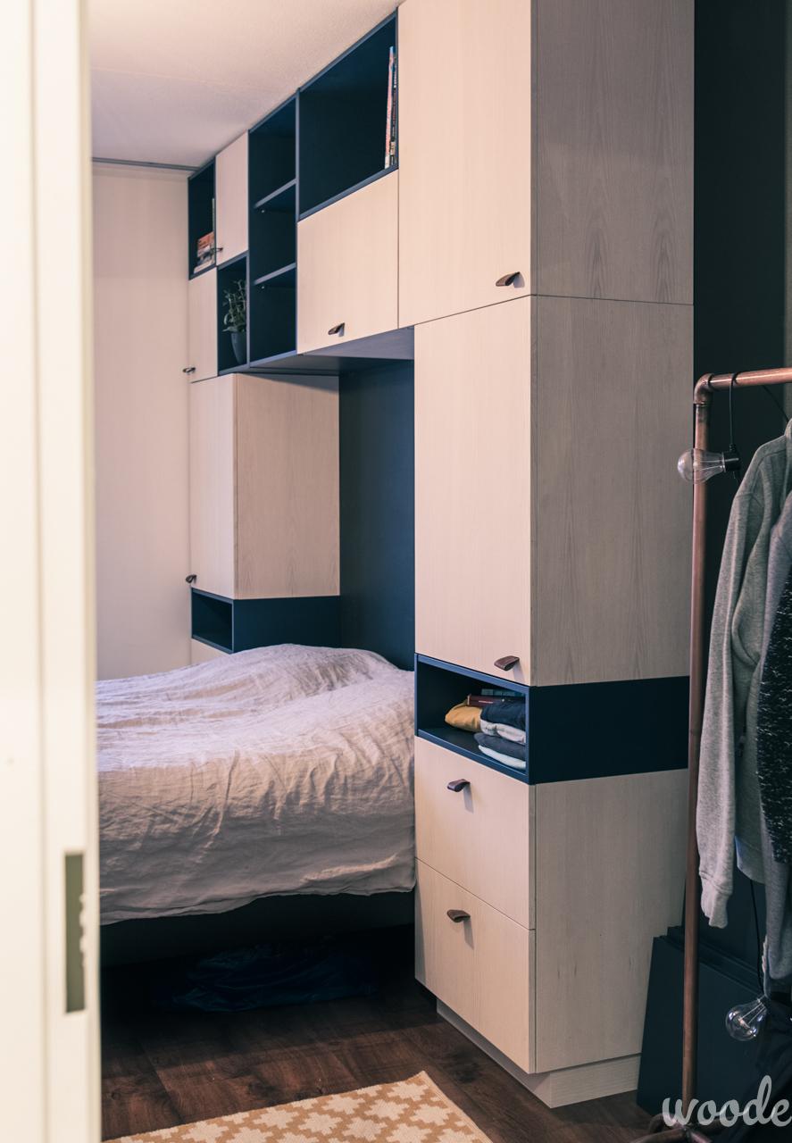 Sängyn ympärille tehty kaapisto toimii sekä kirjahyllynä että vaatekaappina.