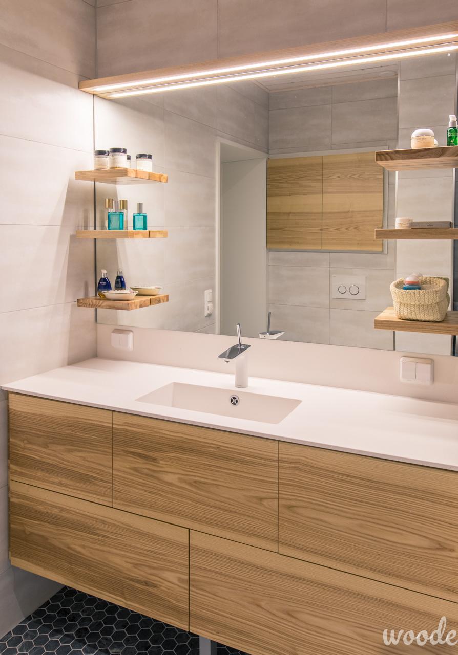Kylpyhuonekalusteen leijuvat puuhyllyt eivät kavenna kahden hengen käytettäväksi tarkoitettua peiliä.