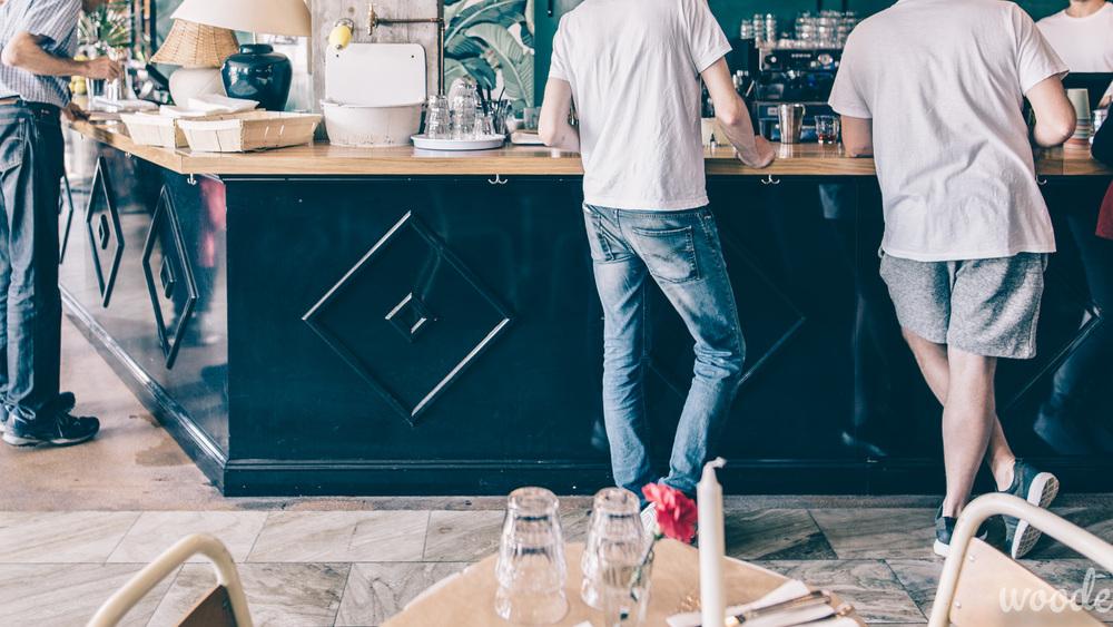 Holiday Barin kiiltävän musta baaritiski luo tyylikästä tunnelmaa rentoon baariin. Suunnittelu Anni Taimisto & Woode Oy.