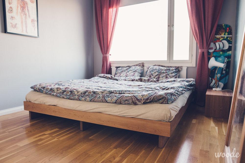 Futon-sängyn kirsikkapuinen runko lepää kolmen lankun päällä ja antaa patjan hengittää.