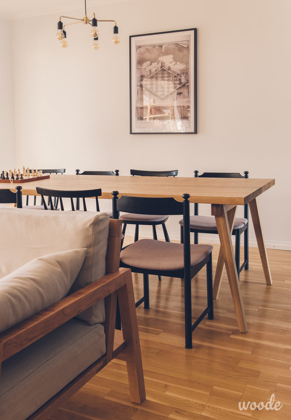 Kolmijalkaiset pukit kannattelevat tammisen ruokapöydän kantta. Tuolit on kunnostettu, maalattu ja verhoiltu kierrätystuoleista.
