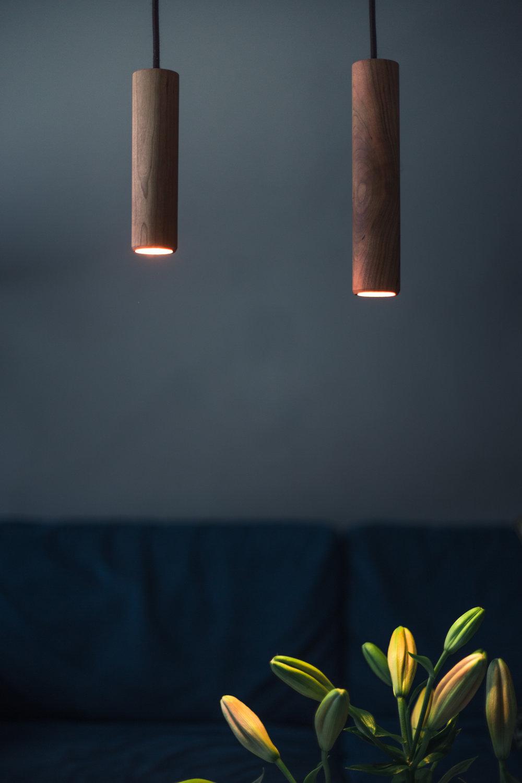 Wooden valaisin no. 1. Massiivipuusta valmistettu riippuvalaisin antaa pehmeän tunnelmavalon.