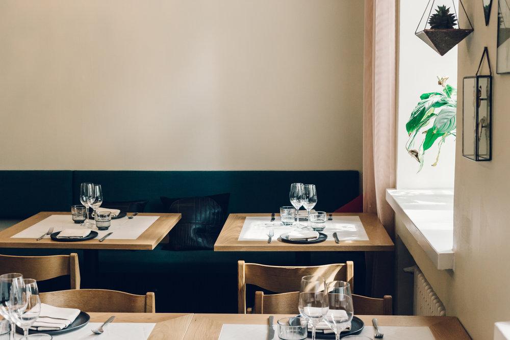 Kakolanruusun ruokasaleja kiertävät pehmustetut penkit. Tilasuunnittelu: A-J Silvennoinen & Tom Gustafsson.