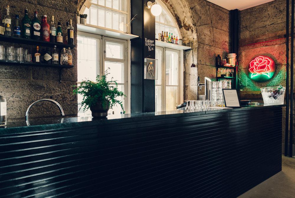 Vihreä marmori ja kiiltävä rimotus tuovat Kakolanruusun baaritiskiin Art Deco -loistoa. Tilasuunnittelu: A-J Silvennoinen & Tom Gustafsson.