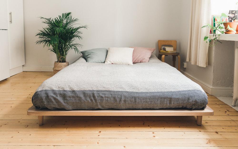 Kevyt ja ilmava futon-sänky istuu kauniisti pieneen tilaan.