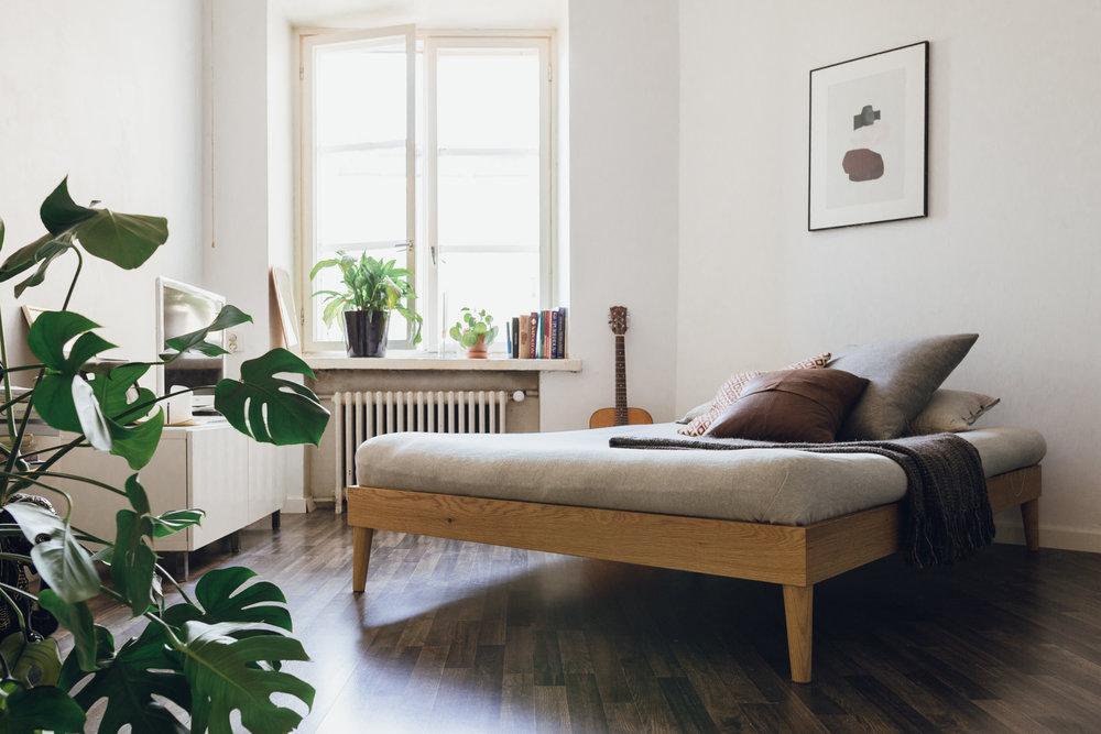 Astetta korkeammat jalat tuovat tammiseen futon-runkoon keveyttä.