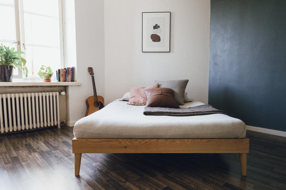 Korotetun rungon päällä futon-patja lepää kauniisti. Pohjassa on säleikkö, joka antaa patjan hengittää.