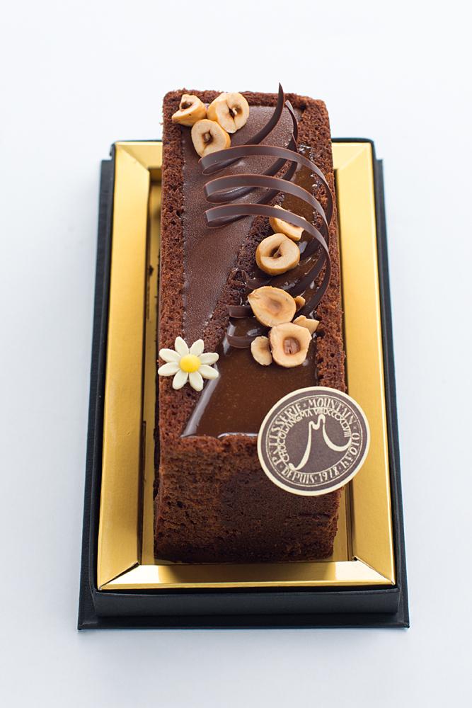 エフ ショコラ  クルミと塩を使用したチョコレートのパウンドケーキ。杏のガナッシュ・キャラメルソースとともに。