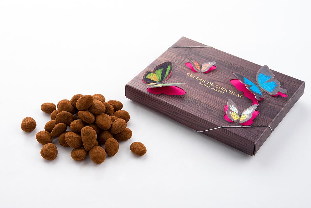 アマンドショコラ スペイン産アーモンドを、丁寧にキャラメリゼし、ミルクチョコレートで包み込みました。¥1,350(税込)。 ご購入は、店頭またはこちらから。