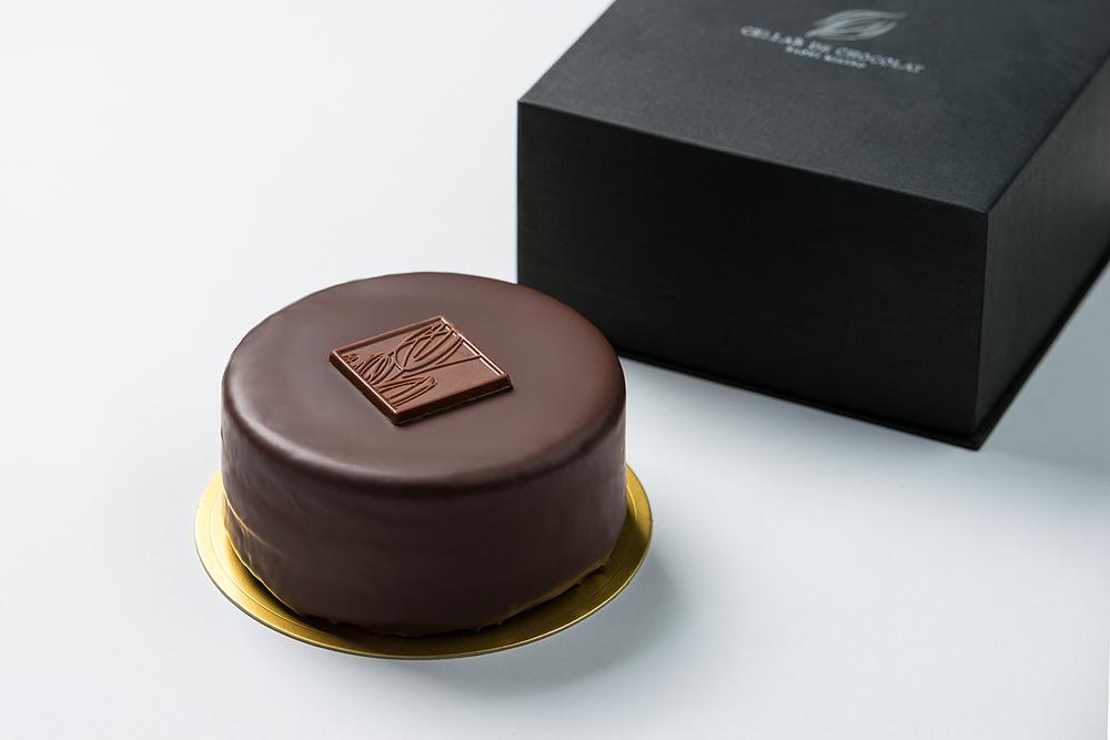 ザッハトルテ 食べごたえたっぷりの伝統的なチョコレートケーキ。杏のジャムがチョコレート生地に好相性。¥3,240(税込)。 ご購入は、店頭にて。