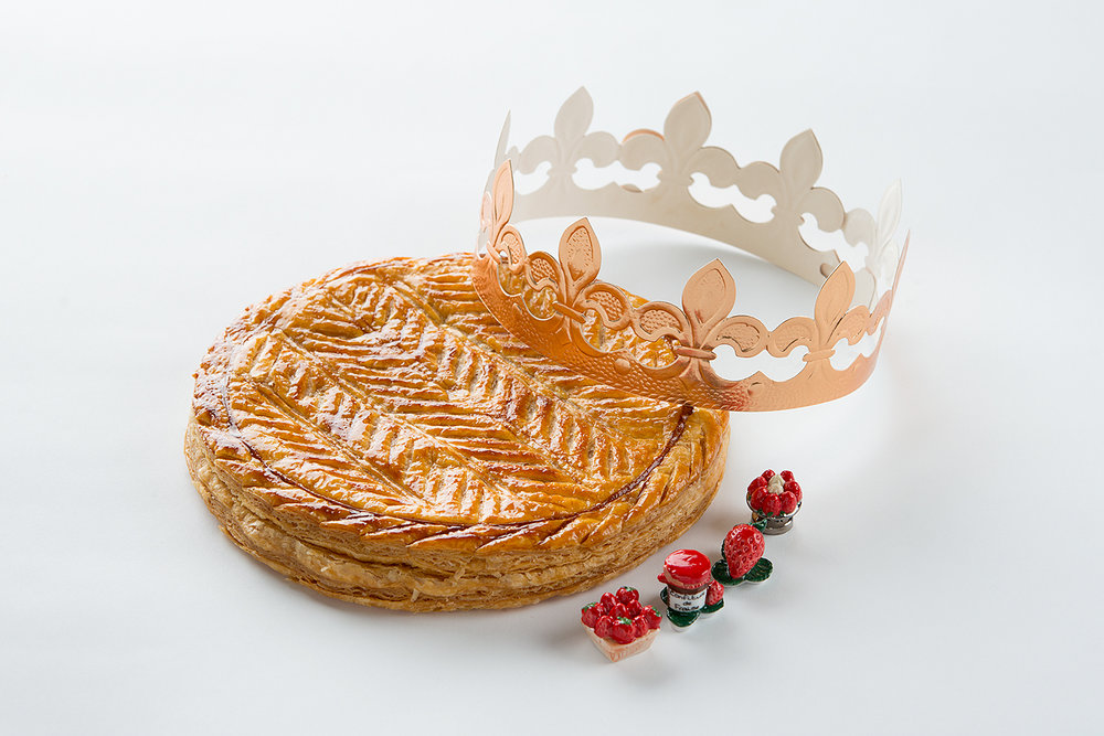 """新しい年の幸運を願うフランスの伝統菓子ガレット・デ・ロワ(Galette Des Rois)。お菓子の中に""""フェーヴ""""と呼ばれる小さな陶器の人形が1つだけ入っていて、当たった人は、その日の王様・王女様。その年、幸運に恵まれるといわれています。"""