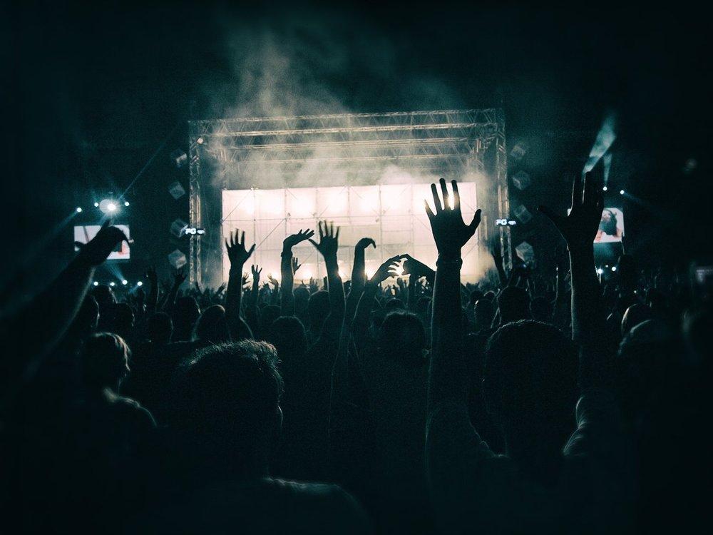 crowd-1056764_1920.jpg