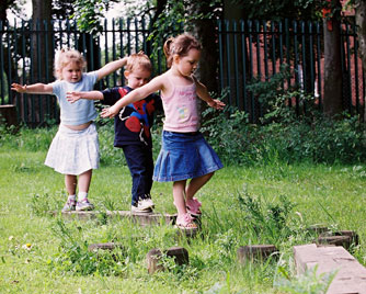 kids-play-outside