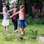 kids-play-outside