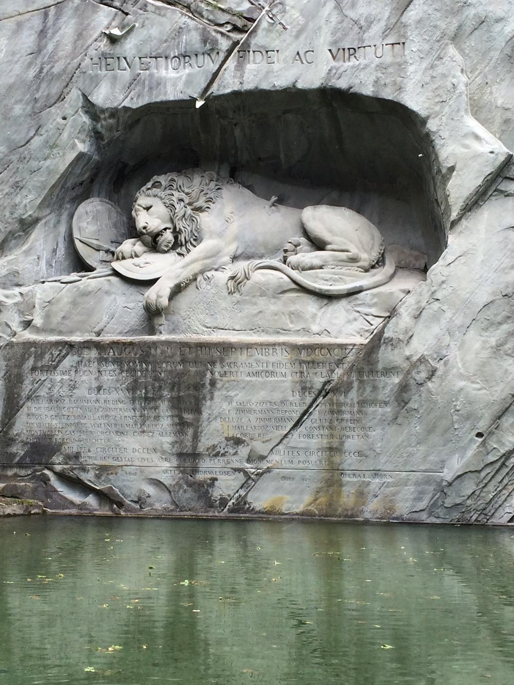 O belíssimo Leão de Lucerna, esculpido em um paredão de rocha.