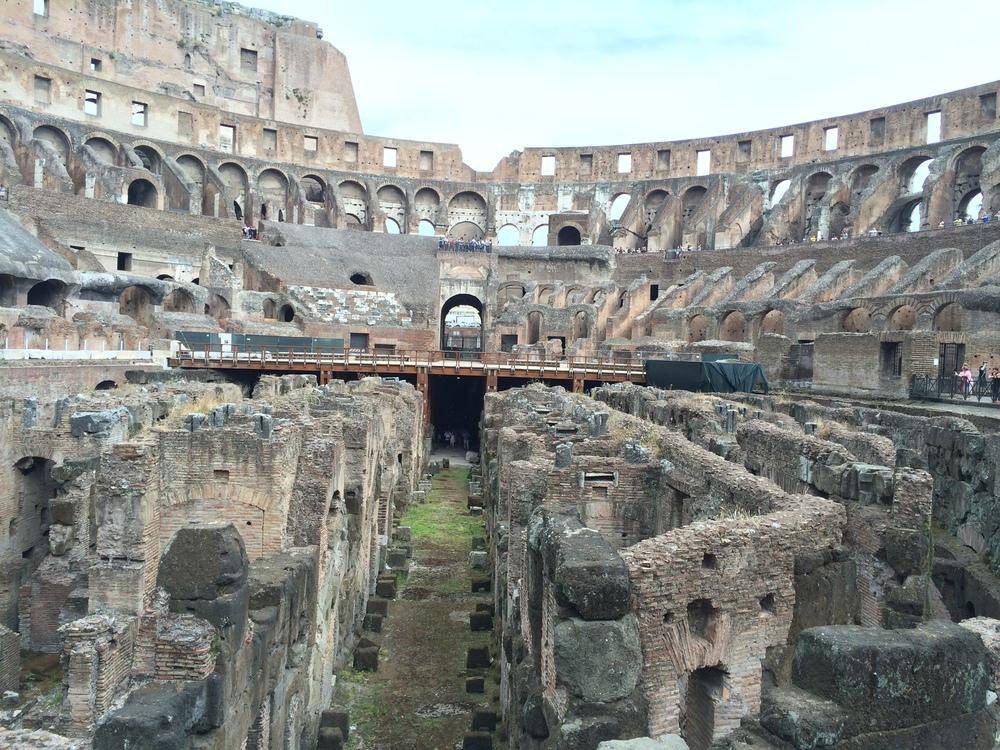A grandiosidade do Coliseo visto por dentro: galerias e corredores que contam uma história sangrenta.