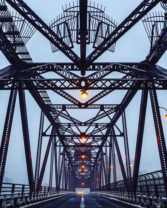 #rooseveltislandbridge #rooseveltbridge #rooseveltisland #steel #bridge #stellablizzard #snowday2017 #astoriaqueens #headlights #landscape #urbanphotography #igernyc #igers #inthemiddle #canon5dmark2 #imageoftheday