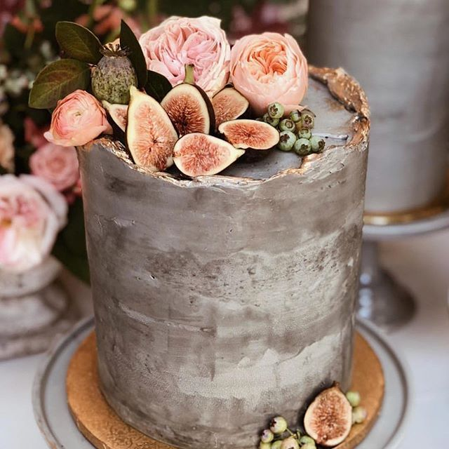 Craving this gorgeous concrete covered cake! What a beauty 🙌🏽🍰 @brideandtonic  #cakespiration #weddinginspo #cake #bridetobe #bride #wedding #concretecake #uniqueweddings #somethingdifferent #weddingcake #bridalcake