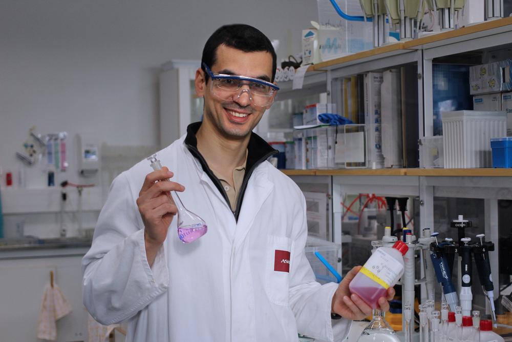 Vår student Sina gör praktik inom bioteknik på företaget Solenis.