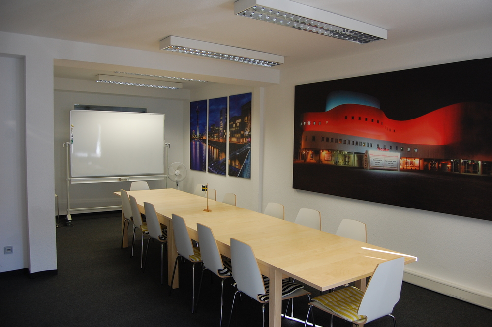 Undervisningsrum med Düsseldorf i bakgrunden