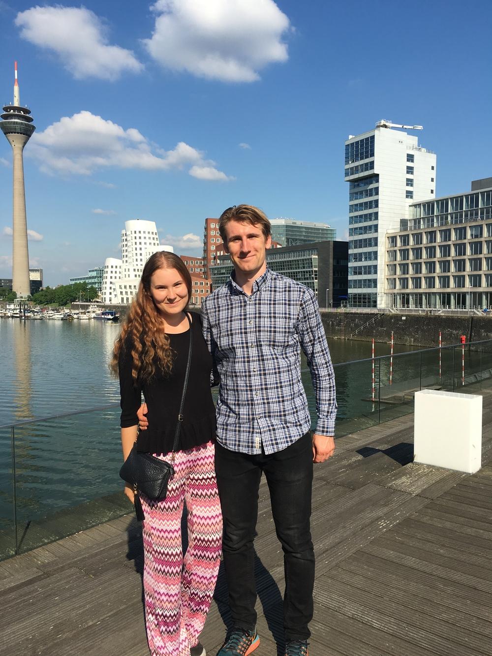 Pia tillsammans med en annan student i stadsdelen Medienhafen.