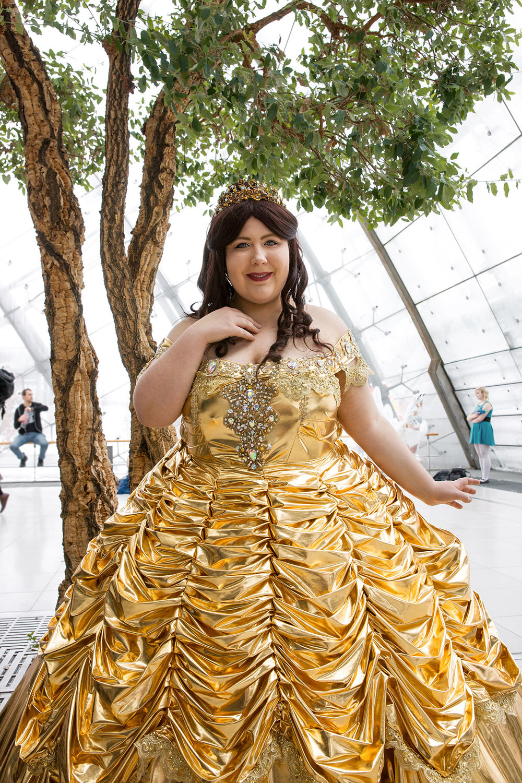 """Melina ist Belle aus """"Die Schöne und das Biest"""" in einem eigen-designten Ballkleid."""