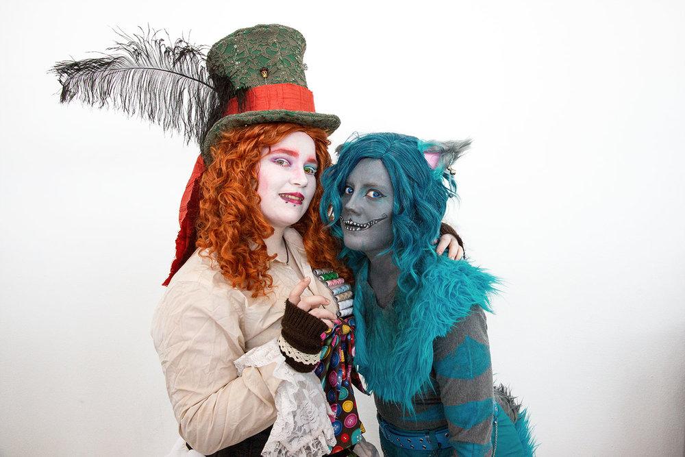Mimi als Hutmacher und Anna als Grinsekatze aus Alice im Wunderland