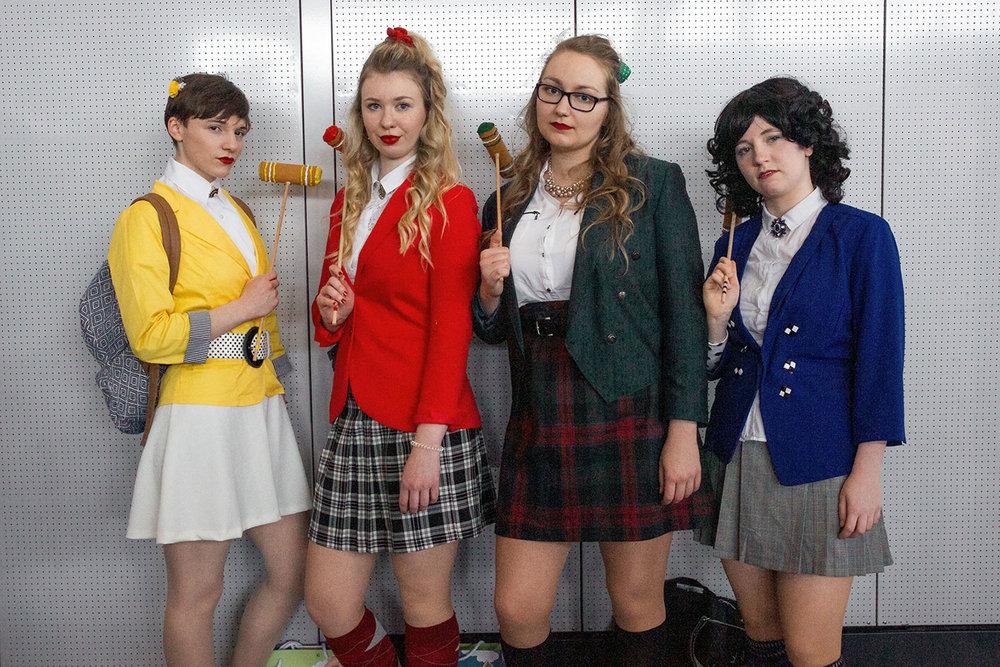 Aus dem Musical Heathers (vlnr): Heather McNamara, Heather Chandler, Heather Duke, und Veronica Sawyer