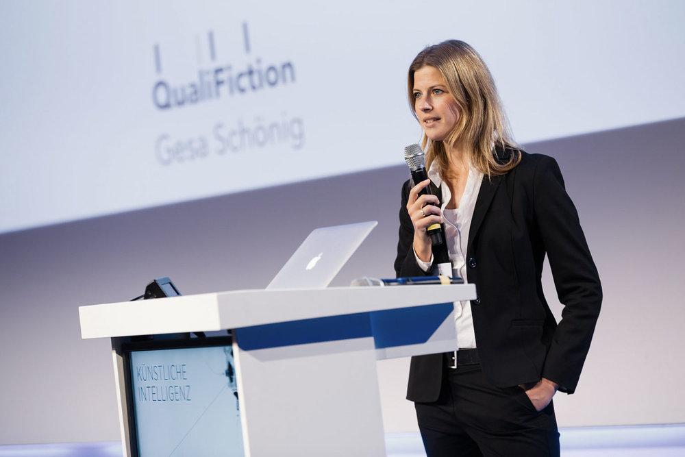 Gesa Schöning als Sprecherin auf der Handelsblattkonferenz zum Thema AI. ©  Foto: Thorsten Jochim (Quelle: Euroforum).