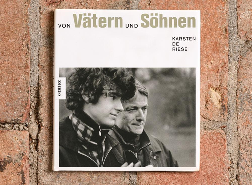 Karsten de Riese:  Von Vätern und Söhnen.  Der Bildband enthält rund 100 Schwarzweiß-Fotografien.