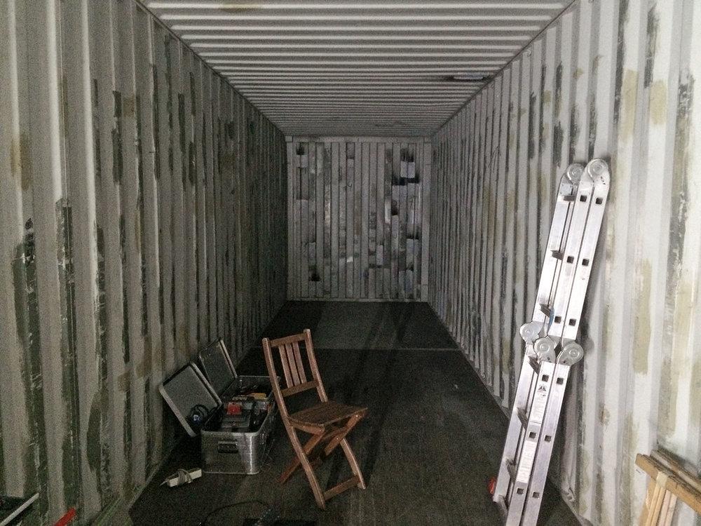 Der kahle Container im Rohbau
