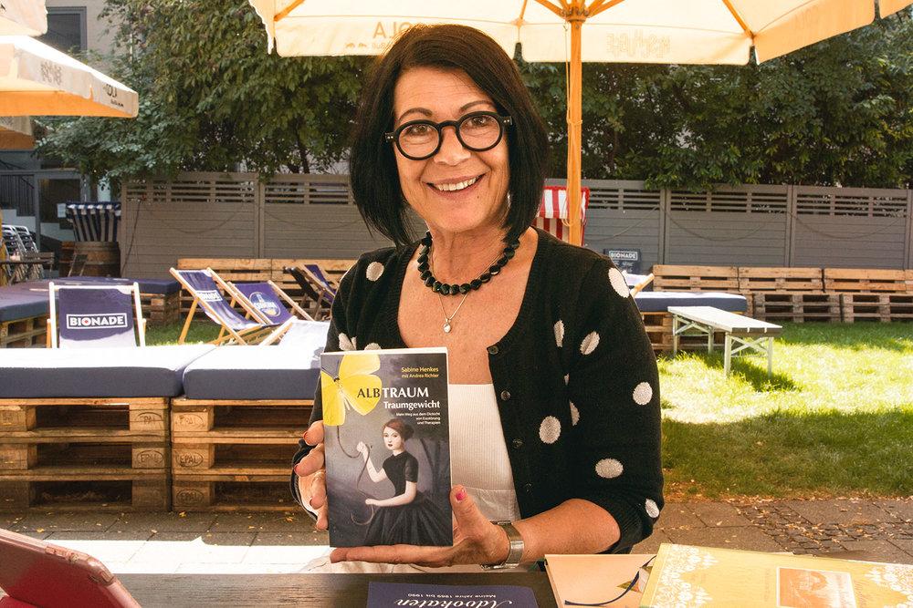 """Andrea Richter wünscht Sabine Henkes viel Erfolg mit ihrer Biografie """"Albtraum Traumgewicht""""."""