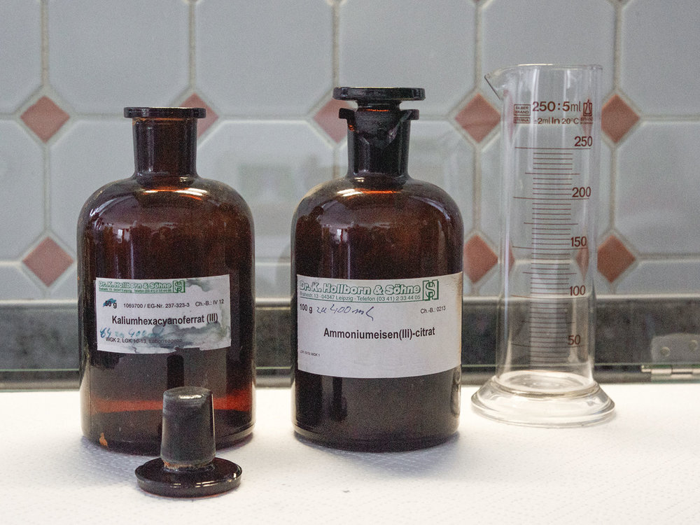 Die chemischen Substanzen für das typische Berliner Blau in der Cyanotypie sind Kaliumhexacyanoferrat (III) und Ammoniumeisen(III)-citrat.