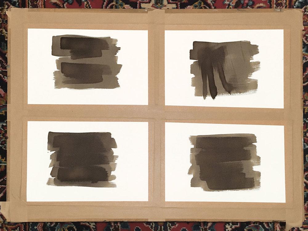 Nach dem Trocknen wechselt die Farbe von einem leichten Gelbton in dunkles Braun. Wenn man die chemische Lösung ein zweites Mal darüber streicht, kann man mit Strukturen experimentieren.