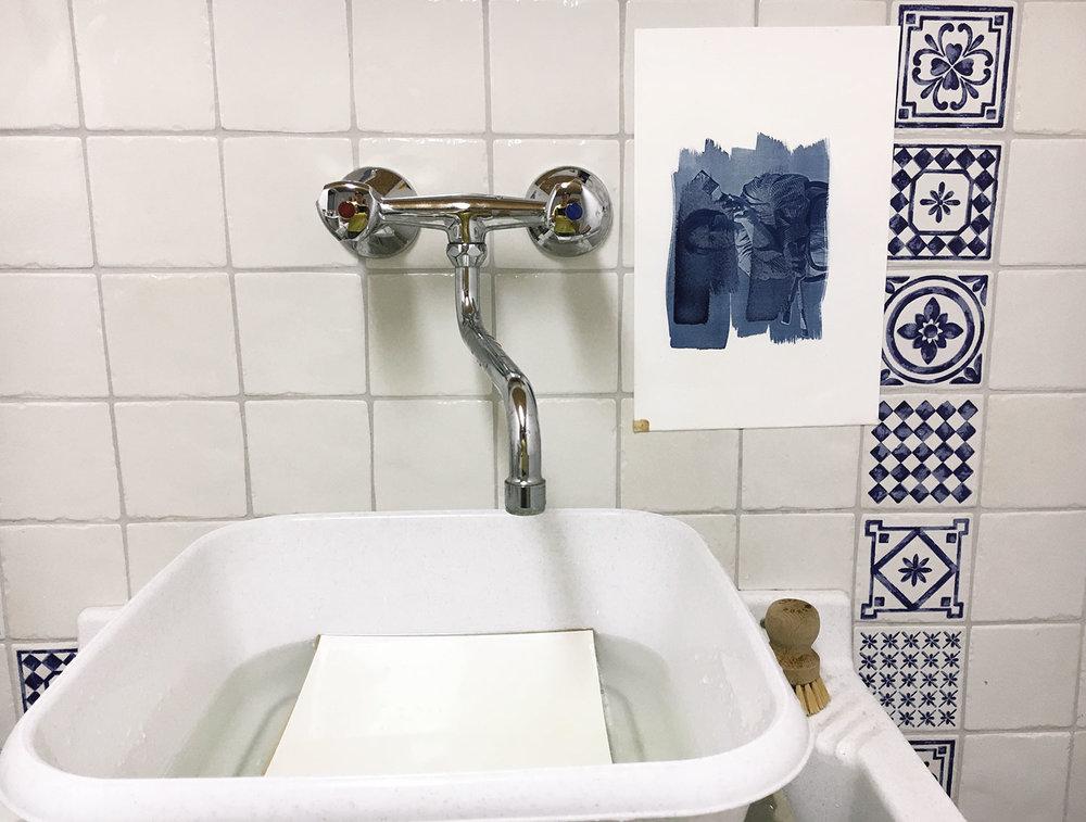 Während das erste Papier kurz an der Wand abtropft, lege ich das nächste mit dem Motiv nach unten ins Wasserbad.